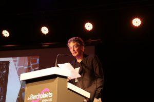Riny Boeijen tijdens de presentatie van 'Ik noem mar 'n dwarstroat'.